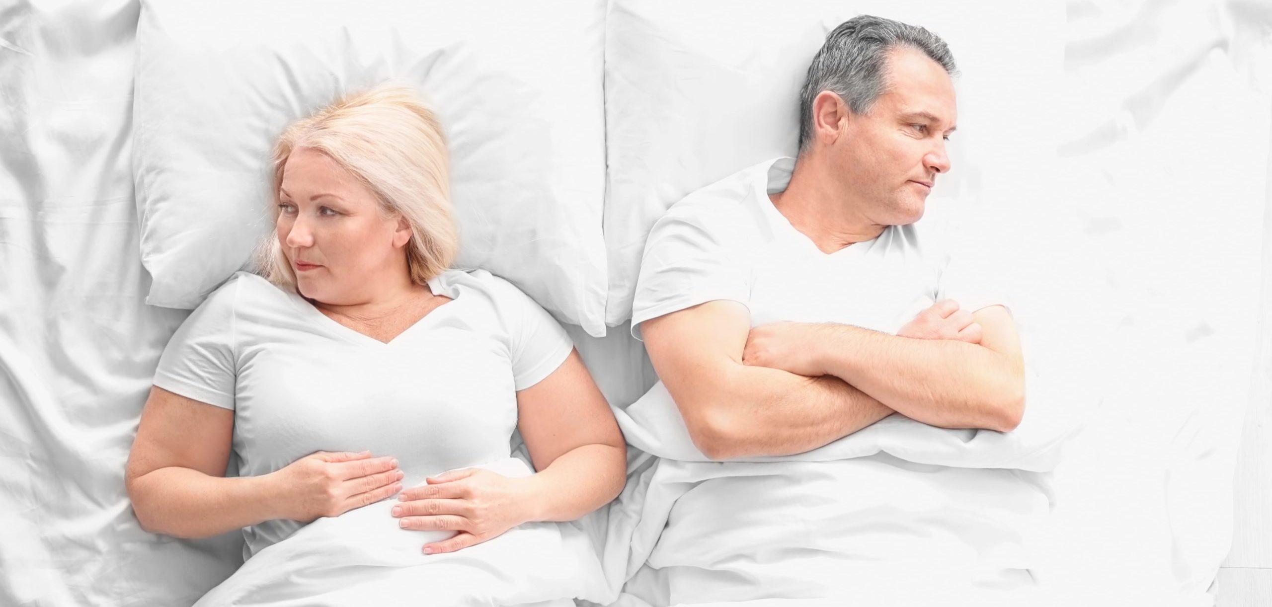 Pärchen liegt im Bett und hat offensichtlich Keine Lust auf Sex
